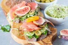 与鱼、黑麦面包和无花果的三明治 图库摄影