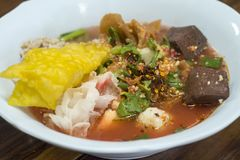 与鱼丸的热和辣汤面 图库摄影