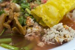 与鱼丸的热和辣汤面 库存照片