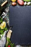 与鱼和酒的食物背景 免版税图库摄影