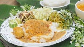 与鱼咖喱汁泰国食物集合关闭的米细面条 免版税库存照片