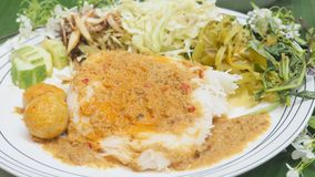 与鱼咖喱汁泰国食物集合关闭的米细面条ful 库存照片