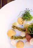 与鱼子酱和碎牛肉洋葱鸡蛋混合菜的豪华食物起始者 图库摄影