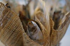 与鱼干咸鱼花束的柳条筐  库存图片