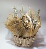 与鱼干咸鱼花束的柳条筐  免版税图库摄影