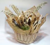与鱼干咸鱼花束的柳条筐  库存照片