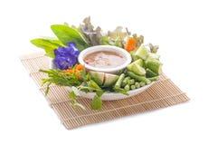 与鱼服务的泰国烹调nam prik或辣椒浆糊混合与各种各样的菜 免版税库存图片