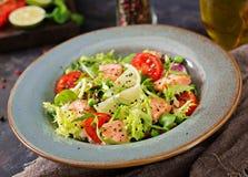 与鱼的健康沙拉 被烘烤的三文鱼、蕃茄、石灰和莴苣 免版税库存照片