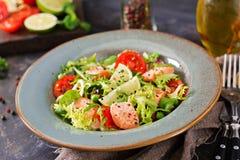 与鱼的健康沙拉 被烘烤的三文鱼、蕃茄、石灰和莴苣 库存图片