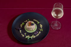 与鱼的刷新的沙拉,可以为早餐、午餐或者晚餐服务 早餐、午餐或者晚餐的绿色,黑PLATd 库存照片