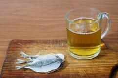 与鱼的啤酒 免版税库存图片