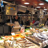 与鱼的市场摊位 免版税库存图片