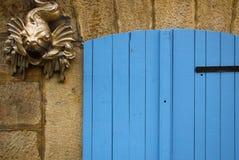 与鱼的蓝色门 免版税库存照片