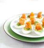 与鲕梨装填和熏制鲑鱼的被充塞的鸡蛋 免版税库存照片