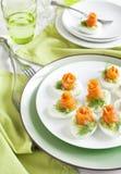 与鲕梨装填和熏制鲑鱼的被充塞的鸡蛋 免版税库存图片