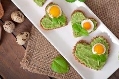 与鲕梨酱和鸡蛋的三明治 免版税库存图片