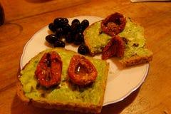 与鲕梨酱的面包切片 库存照片