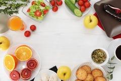 与鲜美早餐的平的被放置的构成在木背景 食物博客作者 免版税图库摄影