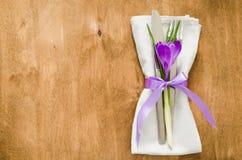 与鲜花的春天欢乐表设置 免版税库存图片