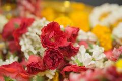 与鲜花的美丽的花花圈 图库摄影
