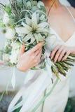 与鲜花的花束在手中 免版税库存照片