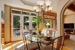 与鲜花的餐桌在豪华美国房子里 免版税库存图片