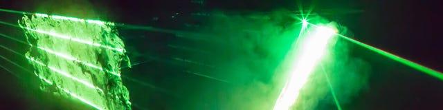 与鲜绿色的激光的抽象全景背景发出光线 免版税库存照片