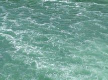 与鲜绿色颜色口气的干净,但是泡沫似的水表面 免版税库存照片