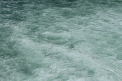 与鲜绿色颜色口气的干净,但是泡沫似的水表面 库存图片