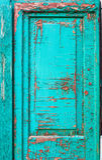 与鲜绿色颜色,难看的东西破裂的油漆的老门  免版税库存图片
