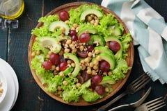 与鳄梨片的新鲜和蔬菜沙拉 免版税库存图片
