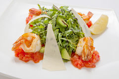 与鳄梨片的芝麻菜新鲜的沙拉用帕尔马干酪和油煎的虾调味与香醋 库存图片