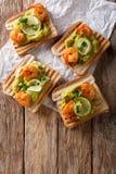 与鳄梨调味酱捣碎的鳄梨酱、虾和石灰特写镜头的可口三明治 库存图片