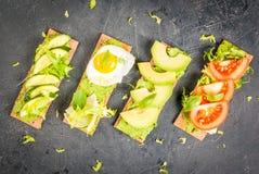 与鳄梨调味酱捣碎的鳄梨酱和新鲜蔬菜的饮食三明治 库存照片