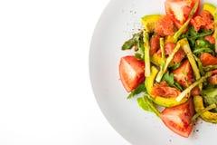 与鳟鱼和芦笋的菜沙拉在白色背景顶视图 库存照片