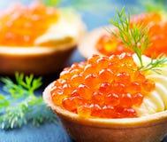 与鳟鱼鱼子酱特写镜头的果子馅饼 库存图片