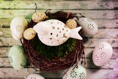 与鸟的复活节装饰在巢 免版税库存照片
