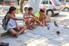 与鸟的孩子在雅典,希腊 免版税库存照片