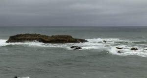 与鸟的岩层在太平洋 库存图片