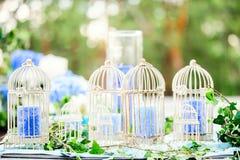 与鸟笼和蜡烛的婚礼装饰 免版税图库摄影