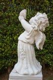 与鸟,与鸟的逗人喜爱的小的丘比特雕象的丘比特 库存照片