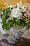 与鸟bouqet和花瓶的婚礼装饰 免版税图库摄影