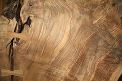 与鸠尾榫的核桃木五谷 库存图片
