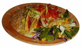 与鸡、墨西哥米和沙拉的酥脆炸玉米饼,被隔绝 免版税库存照片