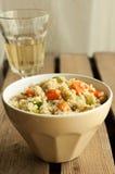 与鸡、夏南瓜和红萝卜的蒸丸子沙拉 免版税库存图片