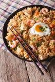 与鸡、大虾、蛋和菜特写镜头vert的炒饭 免版税库存图片