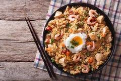 与鸡、大虾、水平的鸡蛋和的菜的Nasi goreng 图库摄影