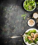 与鸡、松果和橄榄油的健康绿色饮食沙拉穿戴在黑暗的土气背景,顶视图,边界 健康ea 库存图片