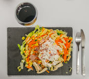 与鸡、烟肉和意大利酱日志的沙拉用红葡萄酒 库存图片