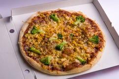 与鸡、玉米、硬花甘蓝和乳酪的薄饼在箱子 免版税库存照片